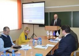 Леонид Шур, директор ОДО «Витебский бизнес-центр», представляет результаты исследования социально-экономического потенциала территории