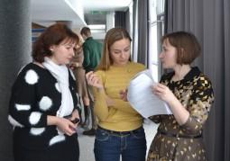 Татьяна Тесленок, специалист по финансам Учреждения «Новая Евразия» (крайняя справа), консультирует участников встречи по вопросам составления финансового отчета