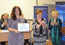 Вручение сертификата представителю Гродненского государственного университета им. Янки Купалы Наталье Рамульт